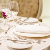 """Inšpirujte sa stolovaním v štýle Chateau. Prekvapte svojich zákazníkov nádherným kusom príboru. Vytvorte požadovaný """"wow efect""""! 🔥 Podarí sa vám to s luxusným príborom San Remo, ktorý je príťažlivý masívnou rúčkou, zdobí ju krásny kvetinový vzdor a zaujímavé ryhovanie. Alebo rustikálny príbor Chateau Classic, ideálny napríklad aj na gravírovanie loga vašej prevádzky 🏪 ➡ www.gastrofactory.eu#feedthesoul #luxurylifestyle #gastroart #premiumquality #chateau"""