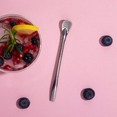 Enjoy your favorite drink until the last drop with Strawspoon, which was created as a combination of spoon and straw. Thanks to it you will be able to enjoy not only a delicious drink, but also delicious fruit, herbs and other ingredients hidden at the bottom of your glass. . #solaswitzerland #sola #strawspoon #tabletop #kitchenutensil #kitchendesign #drinks #mate